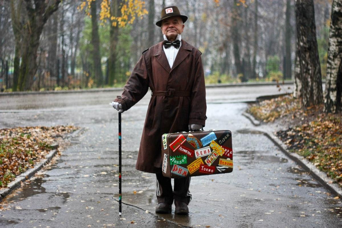 ЭтоВиктор Казаковцев. Мужчине уже за 70, но это не мешает ему очень необычно одеваться