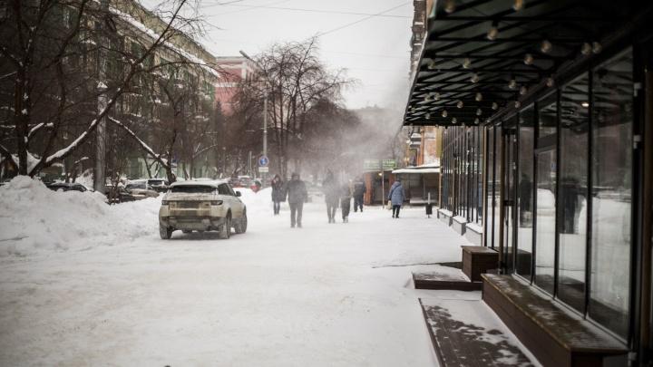 В Новосибирске прохожих сносит сильным ветром — показываем видео