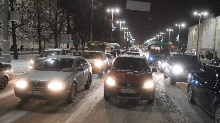 Массовый побег из города? Перед длинными выходными Екатеринбург намертво встал в пробках