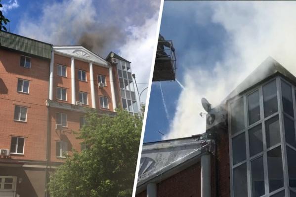 Почему именно крыша загорелась и пострадали ли кто — пока неизвестно