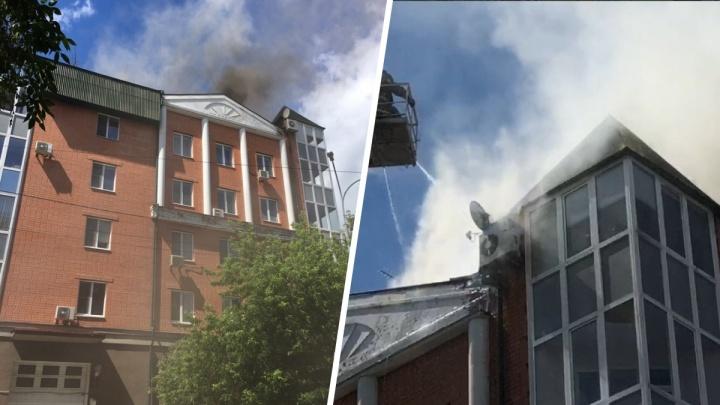 В центре Тюмени загорелась мансарда шестиэтажного элитного дома. Огонь перешел на одну из квартир