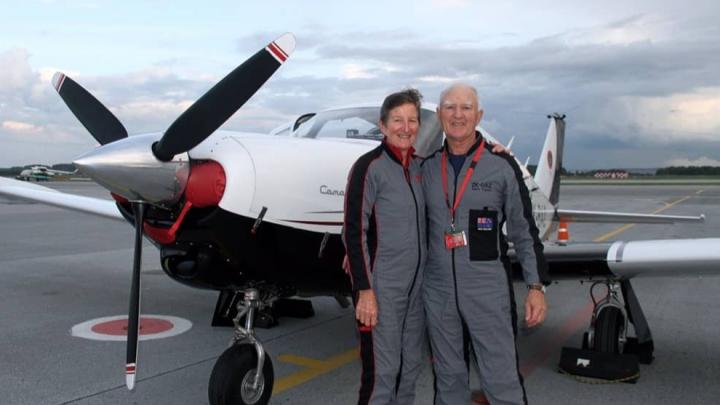 На двоих 142 года: пожилые супруги-путешественники посадили раритетный самолетв Кольцово