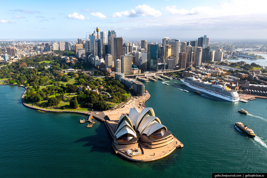 «Сиднейский оперный театр, крыша которого напоминает развевающиеся паруса, — символ города и одна из главных достопримечательностей Австралии. Здание входит в число самых известных и легкоузнаваемых в мире», — пишет Слава в своём блоге<br>