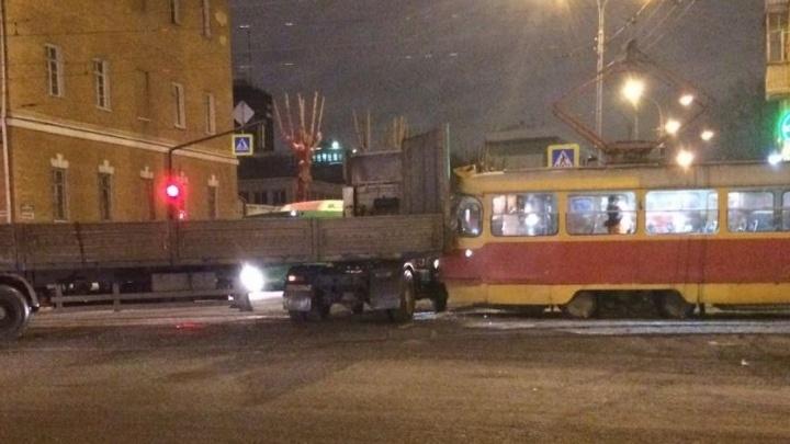 На перекрёстке Декабристов - Луначарского трамвай врезался в большегруз