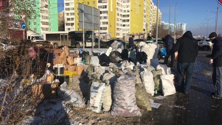 В Самаре на пересечении Московского шоссе и Димитрова появились огромные мешки с мусором