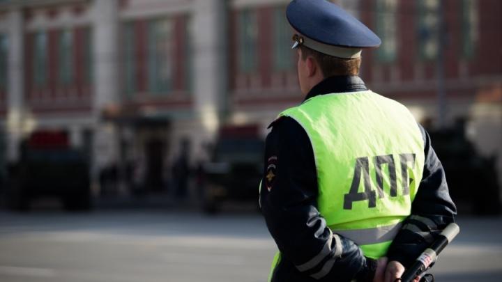 Новосибирец попал под машину при выходе из трамвая на улице Серебренниковской