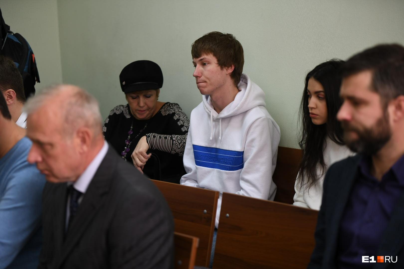 Мама (слева у стены) и девушка Владимира (справа)
