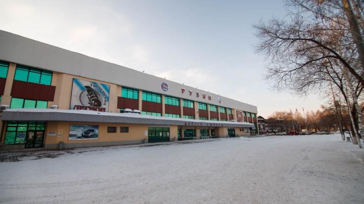 На матче тюменского хоккейного клуба «Рубин» скончался пожилой болельщик