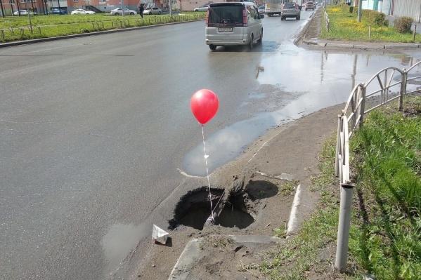 Омичи опасаются, что дети теперь точно смогут упасть в эти люки, потянувшись за шариком