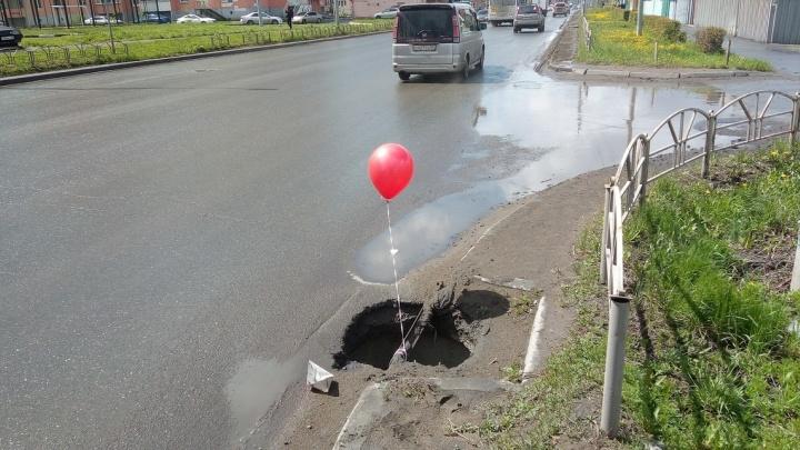 Активисты привязали к омским ливнёвкам красные шарики