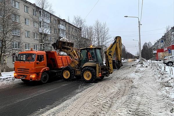Сейчас в городе продолжают убирать снег, посыпать тротуары песком и обрабатывать дороги материалами против гололеда