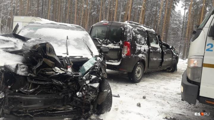 «Немного для такой погоды»: свердловская ГИБДД — о ДТП, произошедших на заваленных снегом дорогах