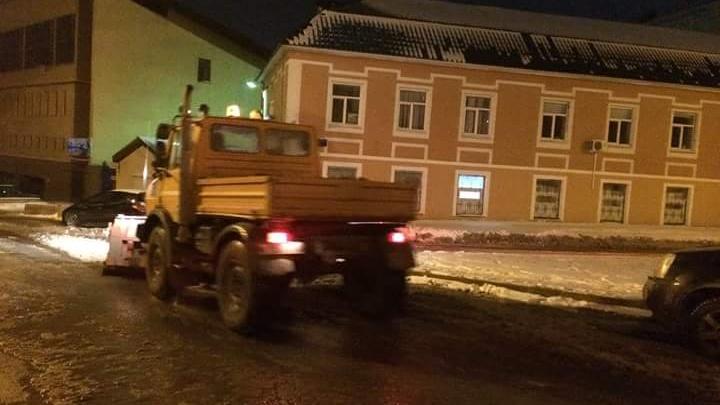 Хоть коньки надевай: на уфимской улице протек водопроводный колодец