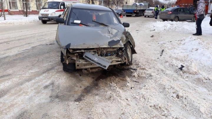В Уфе ВАЗ-2112 залетел под грузовик МАН