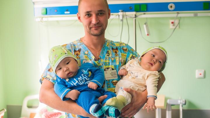 «Когда врач сказал диагноз, мама заплакала»: хирурги спасли двойняшек с ненормальной формой головы