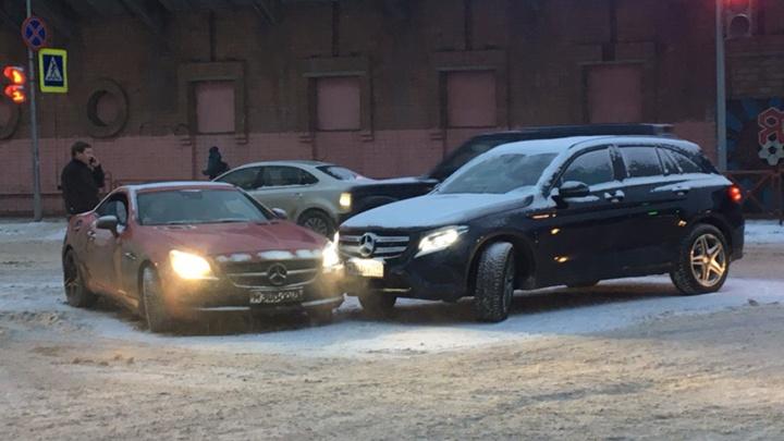 В центре Ярославля из-за двух «Мерседесов», не поделивших дорогу, образовалась большая пробка
