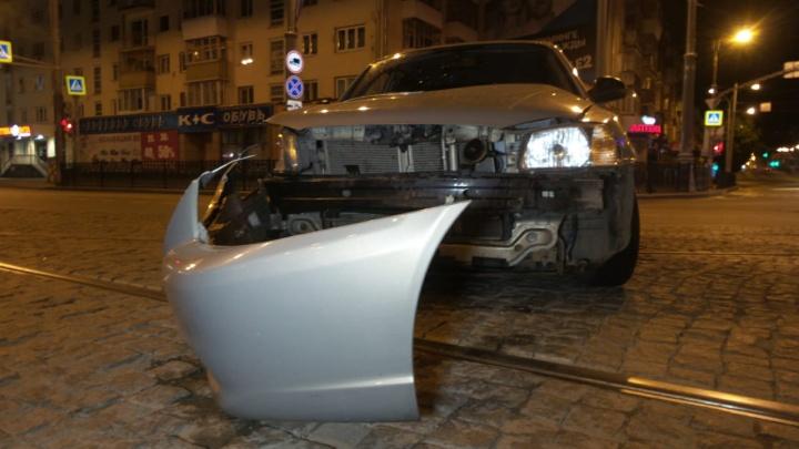 Оба водителя ехали на зеленый: в центре Екатеринбурга столкнулись две иномарки