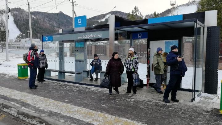Новая «умная» остановка в «Бобровом Логу» закрывает пассажиров от ветра, но говорит с ошибками