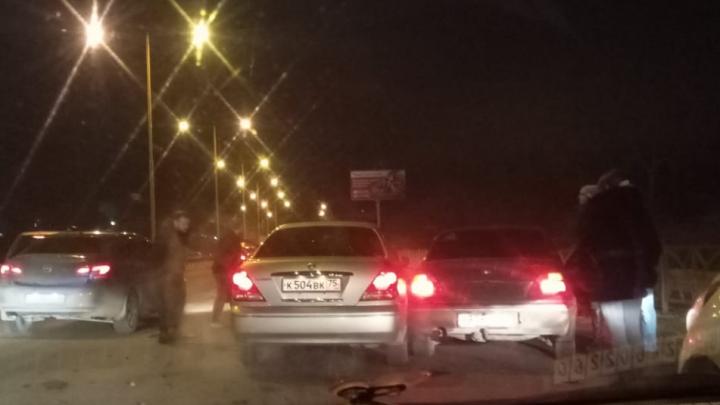 «Водителю стало плохо, вызвали скорую»: в Базовом машины встали в пробку из-за ДТП