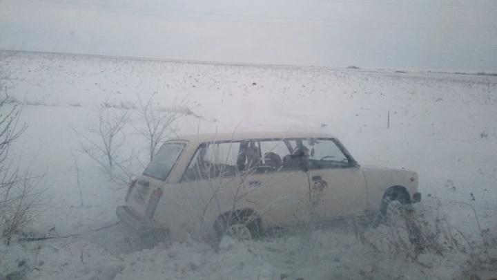 Машины слетают с трассы и переворачиваются: магистрали Волгоградской области покрылись льдом