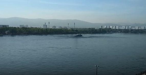 Спецподразделения учились десантироваться с вертолета на теплоход у Коммунального моста