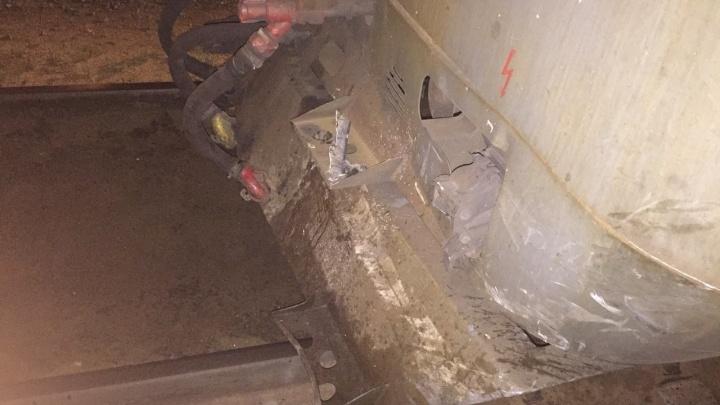 В Самарской области грузовой поезд протаранил Opel Insignia с водителем за рулем