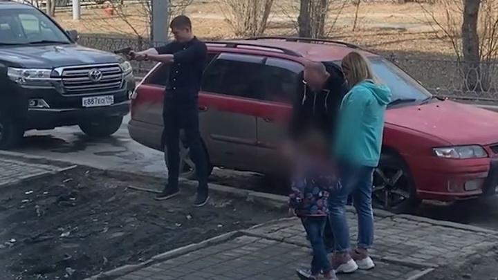 «Час палили под окнами»: в центре Екатеринбурга парень устроил стрельбу из пистолета