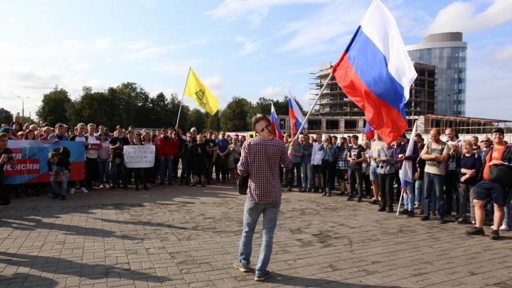 Несогласованный митинг Навального в Ярославле: на толпу бросают бутылки с водой. Онлайн-репортаж