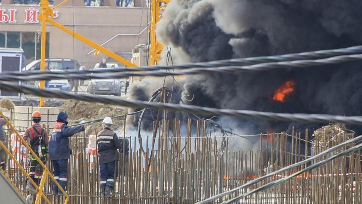 Видели даже в Чурилово: рабочие рассказали о причинах пожара на стройке конгресс-холла в Челябинске