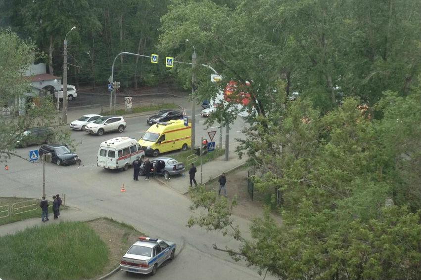 Автомобили столкнулись в Ленинском районе, где в четверг иномарка вылетела на остановку