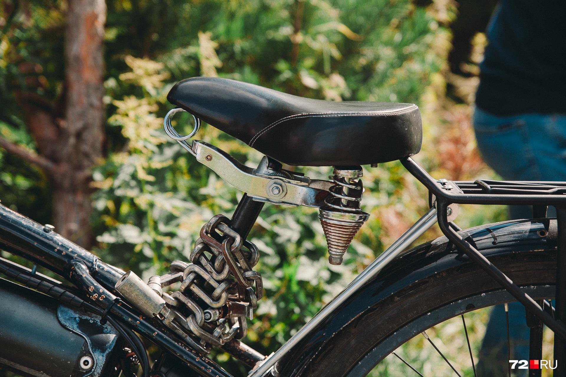 Эту самую цепь для парковки велосипеда пытаются раскурочить воры, но тщетно
