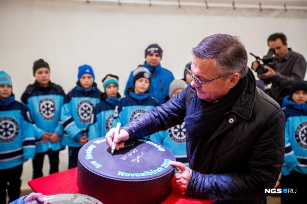 Год назад Рене Фазель приезжал в Новосибирск на торжественное начало работ на месте будущей ледовой арены