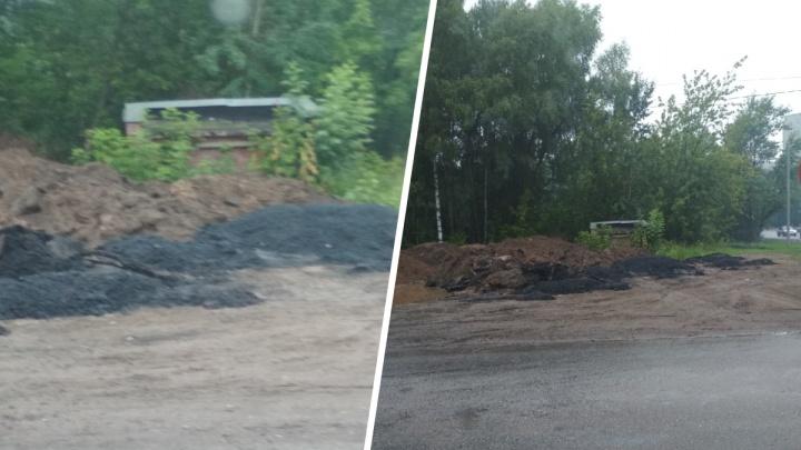 «А рядом ямы огромные по полметра»: в Ярославле дорожники вывалили на обочину хороший асфальт