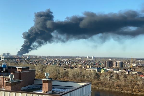 Столб дыма повис над городом