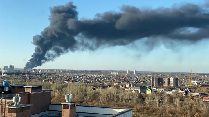 В Тюмени горит завод«Полимер пласт»