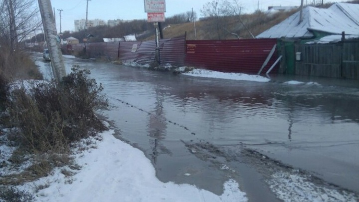 Неподалёку от Фрунзенского моста прорвало канализационный коллектор и затопило дорогу