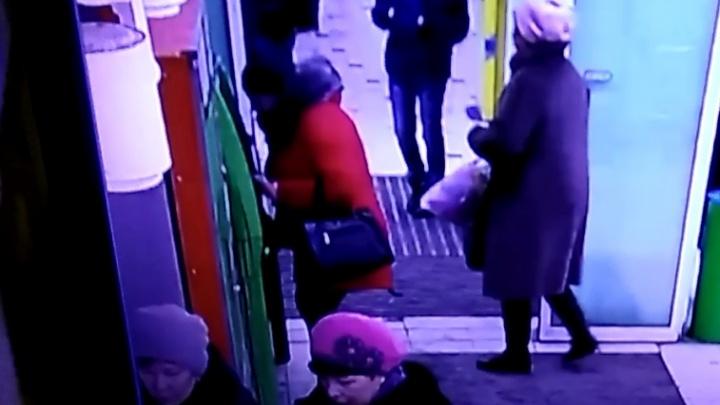Полиция ищет женщину в красном пуховике, которая забрала чужие деньги из банкомата в Пионерском
