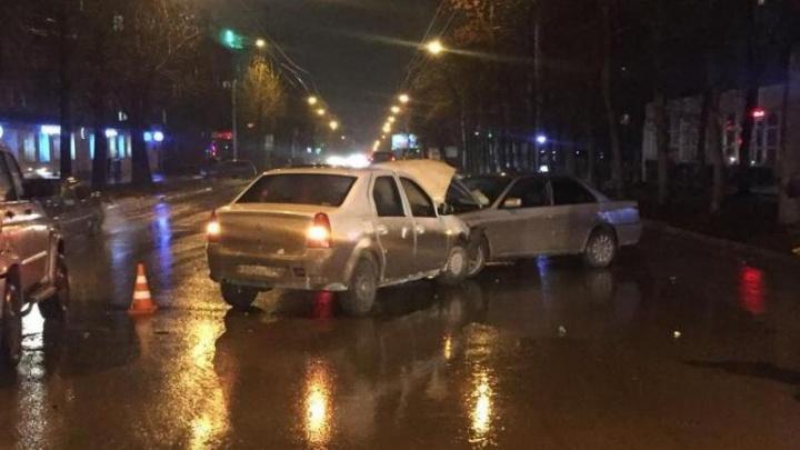 Авария под дождём: «Рено» врезался во встречную «Тойоту», один человек в больнице
