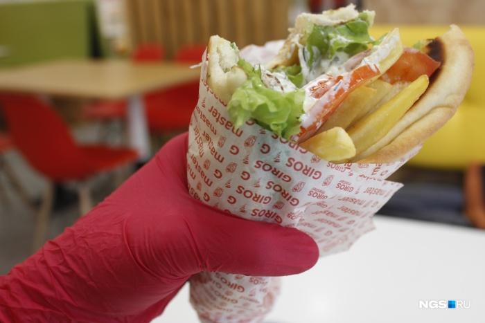 Посетителям Giros Master дают красные резиновые перчатки
