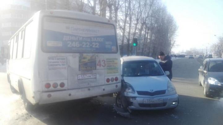 Автобус столкнулся с иномаркой в Ленинском районе