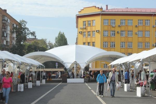 На площади установят шатры для удобства покупателей и продавцов