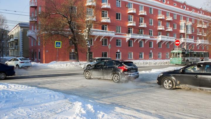 Самый глупый перекресток: нелепое место на Красном, где промахнулись и поставили светофор не туда