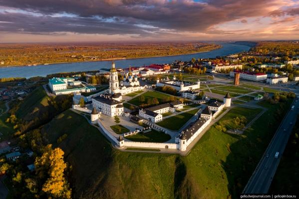 Тобольский Кремль, красивый и величественный — единственный каменный кремль в Сибири. Стоит в центре города на берегу Иртыша. Большая часть этого архитектурного ансамбля построена в XVII-XVIII веках