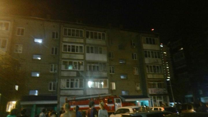 Пожар в пятиэтажке на Северной: спецтехника не могла проехать из-за стоящих во дворе машин