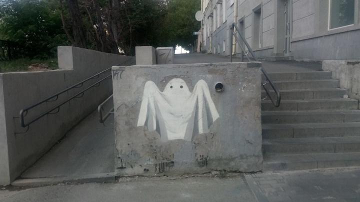 Уличные художники нарисовали призрака в том месте, где коммунальщики стерли портрет Мусоргского