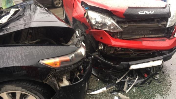 Авария с двумя «Хондами» собрала пробку на Богдана Хмельницкого в вечерний час пик