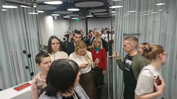 Ельцин-центр, где собрались ЛГБТ-активисты, эвакуировали из-за сообщения о бомбе