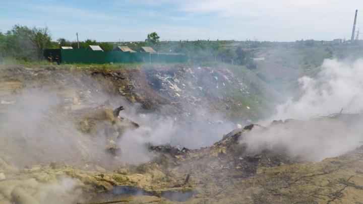 «Соседку на скорой увезли, дети дышат дымом»: на севере Волгограда два дня горит огромная свалка
