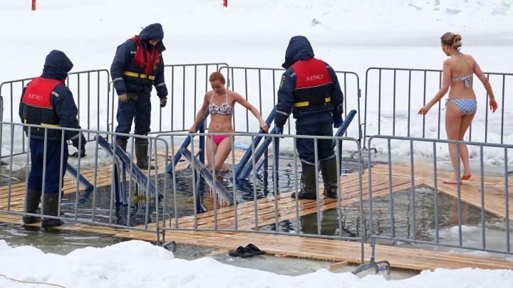 По щиколотку в воде: купель на озере Солдатском в Уфе уходит под лед