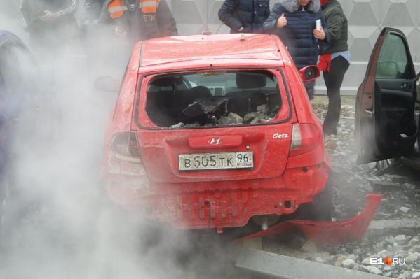 Из-за коммунальной аварии машины сильно пострадали